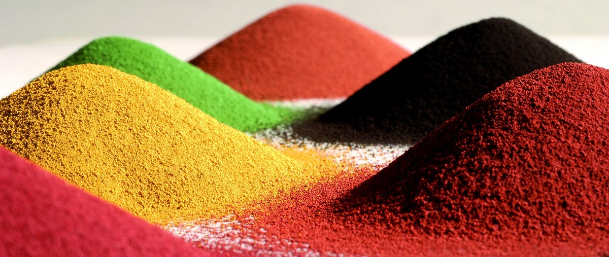 Piles of synthetic integral color pigment